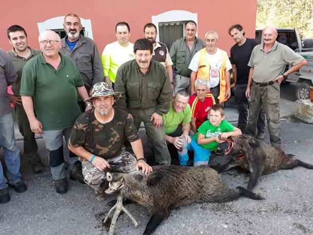 El grupo piloñés de Juan Luis, con dos verracos abatidos en La Castañal. :: Asdeca