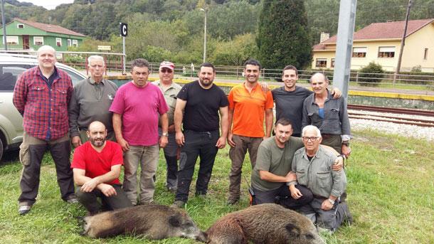 La palomilla piloñesa de Chuso con dos cerdos salvajes cobrados en Rollamiu. :: Asdeca.