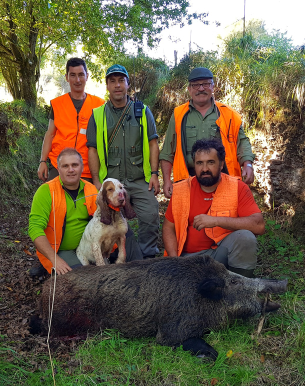 La cuadrilla de Delio, con un jabalí de 128 kilos. :: D. M. Molina