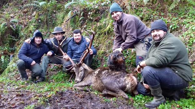 Carús, con un ciervo de 175 puntos en Rollamiu. :: e. c.