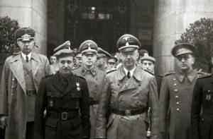 El dirigente nazi alemán Heinrich Himmler, en el centro de la foto, durante su visita a España en 1940. A la derecha, también con gafas, Gerardo Caballero.