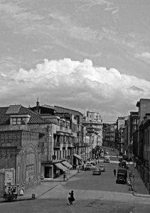 Calle de La Cámara, en la década de los 50. A la izquierda el Pabellón Iris. (Foto cedida por Castor G. Ovies)
