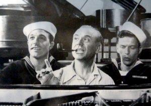 El pianista José Iturbi, entre Gene Kelly y Frank Sinatra.